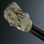 Bastone con manico d'avorio scolpito a forma di busto maschile giacobino, Francia, XIX secolo.