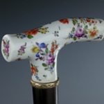 Bastone in porcellana finemente dipinta a fiori sparsi, Meissen, XVIII secolo.